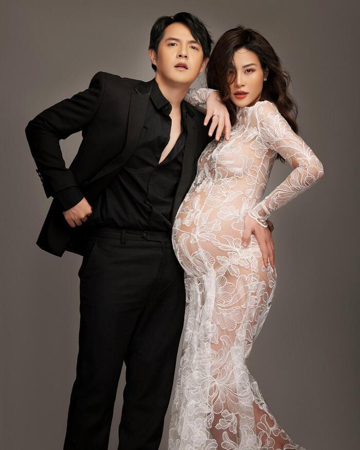 Đông Nhi chọn bộ váy ren xuyên thấu gợi cảm pose dáng bên cạnh anh chồng diện suit đen bảnh bao.