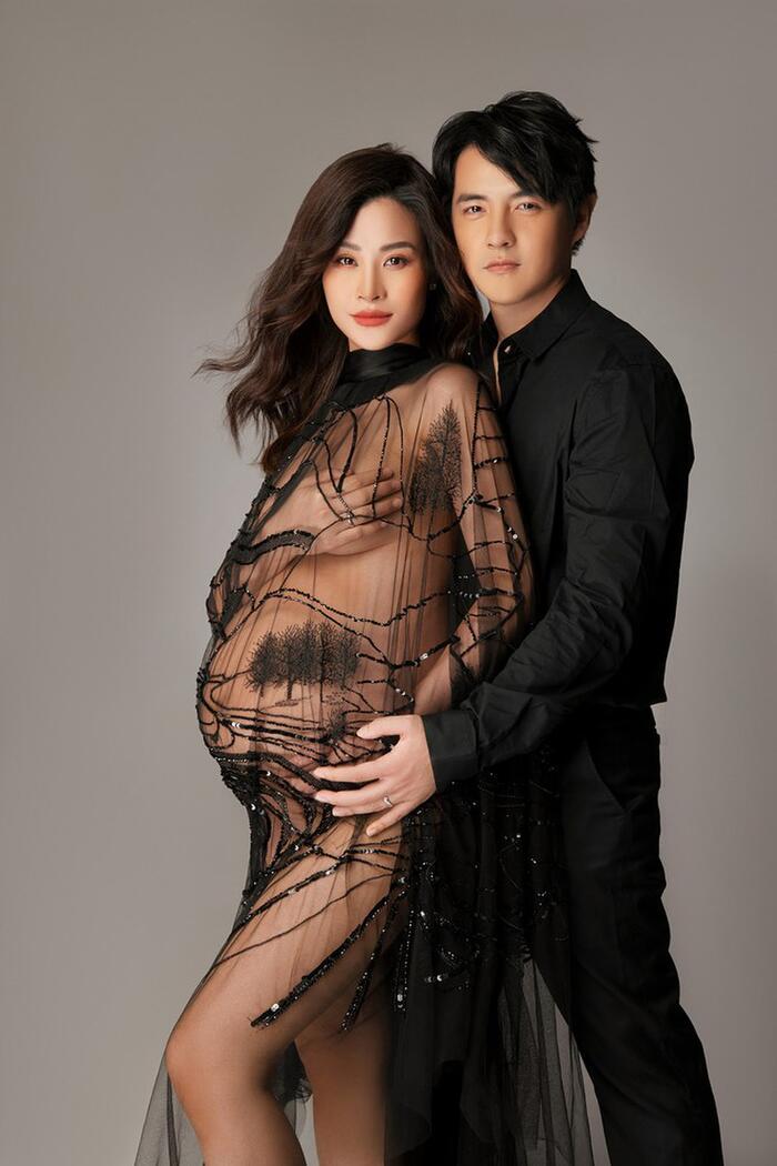 Đông Nhi và Ông Cao Thắng tạo dáng cực 'gắt' khiến dân tình chao đảo khi tung bộ hình đẹp miễn chê dù đang mang thai.