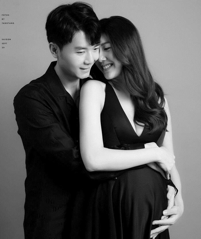 Vẻ thanh thoát và cuốn hút của Thúy Vân khi chọn bộ váy đen xẻ sâu trong bộ ảnh bầu để làm kỷ niệm . Cặp đôi luôn khiến công chúng ngưỡng mộ bởi tình cảm dành cho nhau.
