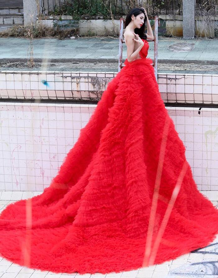 Người hâm mộ mới thực sự 'choáng' trước sự cầu kỳ và 'đắt đỏ' của bộ váy cưới khủng. Ước tính khối lượng chiếc váy khoảng 20kg.