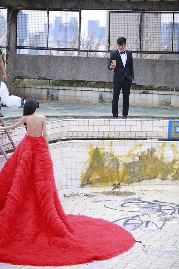 Thủy Tiên chuẩn bị nhiều bộ váy cưới cho hôn lễ nhưng bộ váy 'khủng' có giá gần nửa tỷ nàyi chỉ được cô sử dụng khi quay MV và chụp ảnh cưới.