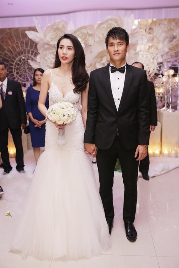 Chuẩn bị tiến vào sân khấu thực hiện các nghi thức trong đám cưới, Thủy Tiên thay một bộ váy cưới với màu trắng truyền thống.