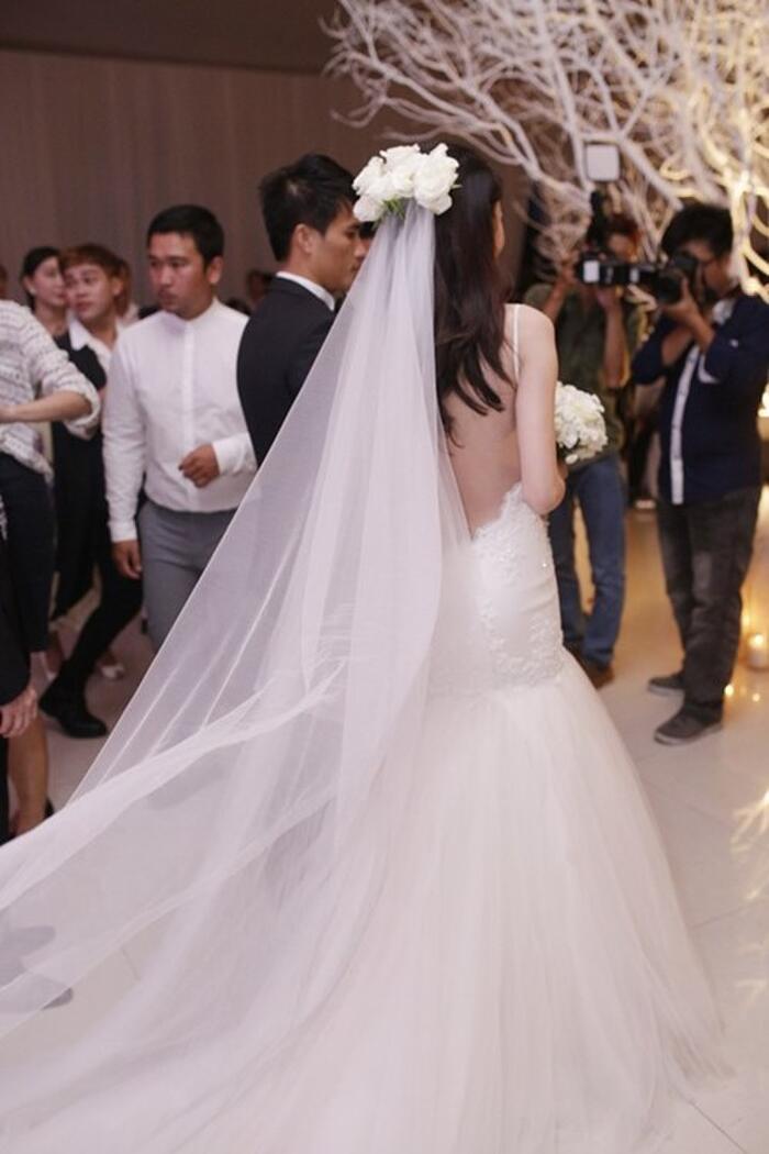 Bộ váy thứ hai trong tiệc cưới của Thủy Tiên khá gợi cảm. Cô khoe trọn tấm lưng trắng nõn với bộ váy này.