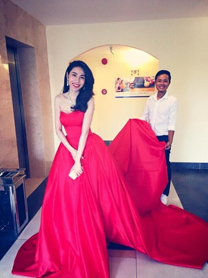 Chiếc váy đỏ của Thủy Tiên có chiều dài 3 mét. Công Vinh phải luôn theo sát và giúp đỡ vợ trong việc di chuyển ngoài ra còn có trợ lý.
