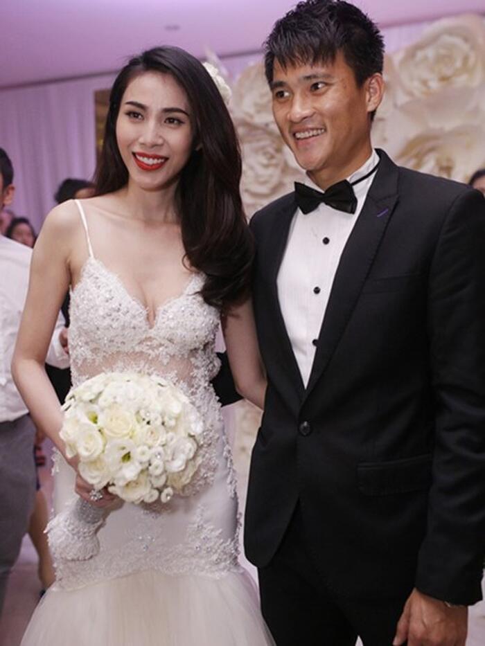 Bộ váy này của Thủy Tiên được kết toàn bộ bằng đá swarovski cao cấp, có giá nửa tỷ đồng.