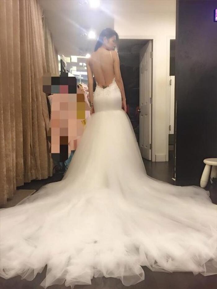 Chiếc váy thứ hai Thủy Tiên diện được thiết kế đặc biệt khoe vẻ gợi cảm của nữ ca sĩ.Trong ảnh cô để lộ hình xăm.