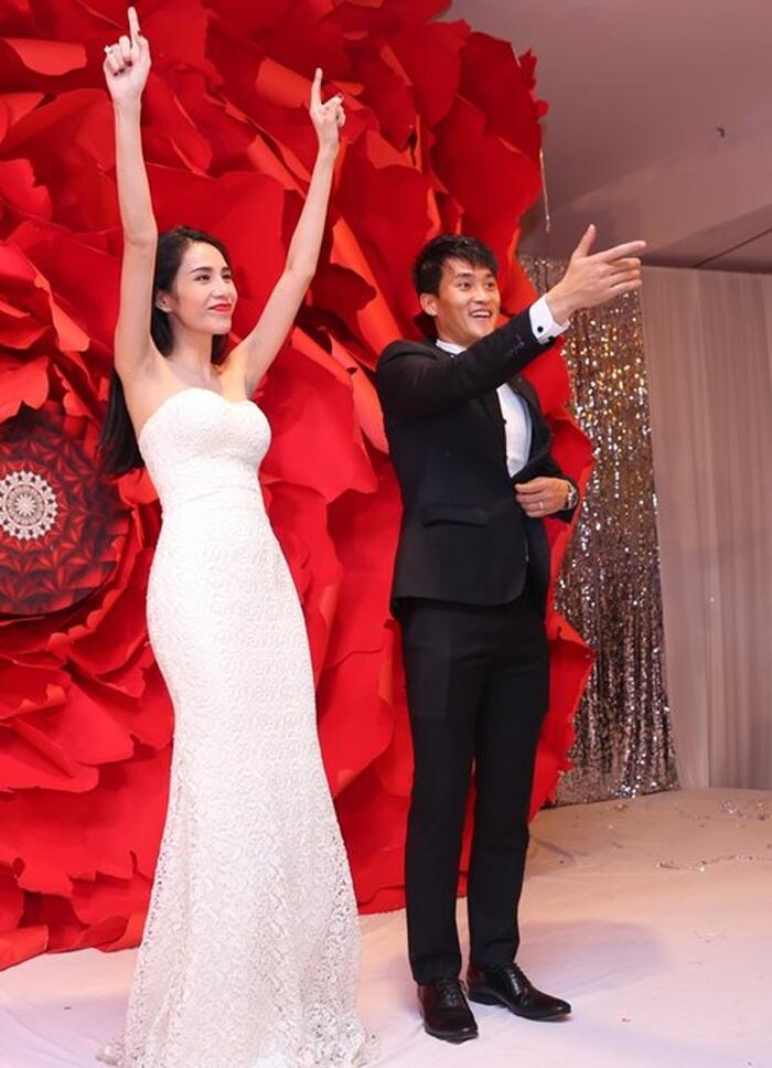 Ngắm lại 6 váy cưới gây xôn xao của Thủy Tiên: Bộ nặng như sắt, bộ gợi cảm tột độ và giá khủng 11
