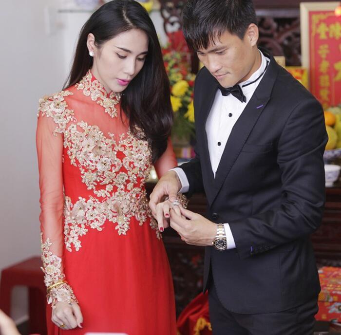 Trước đó Thủy Tiên diện áo dài cưới 40 triệu trong lễ rước dâu. Mẫu áo dài voan đính hoa 3D giúp cô dâu Thủy Tiên nổi bật trong ngày trọng đại của cuộc đời.