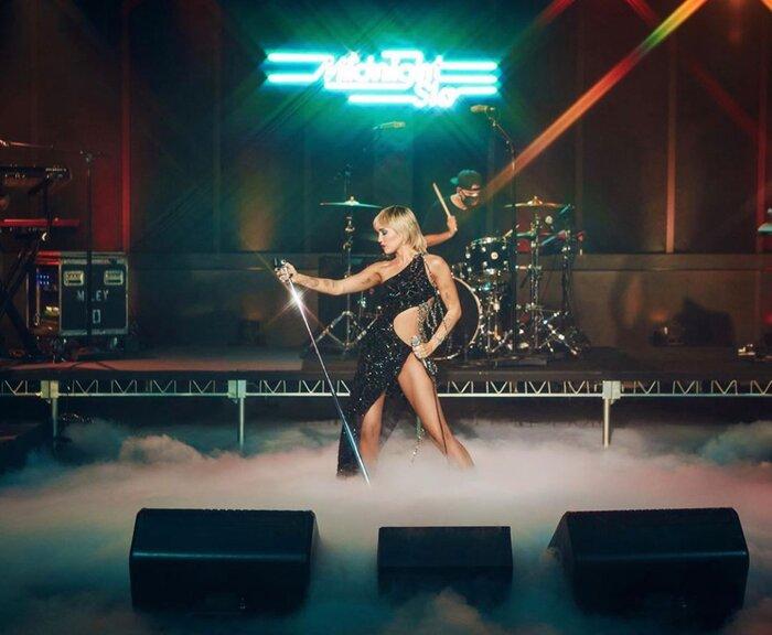 Bộ váy mà Miley Cyrus mặc trên The Tonight Show của Jimmy Fallon lập tức thu hút sự chú ý của giới mộ điệu quốc tế.