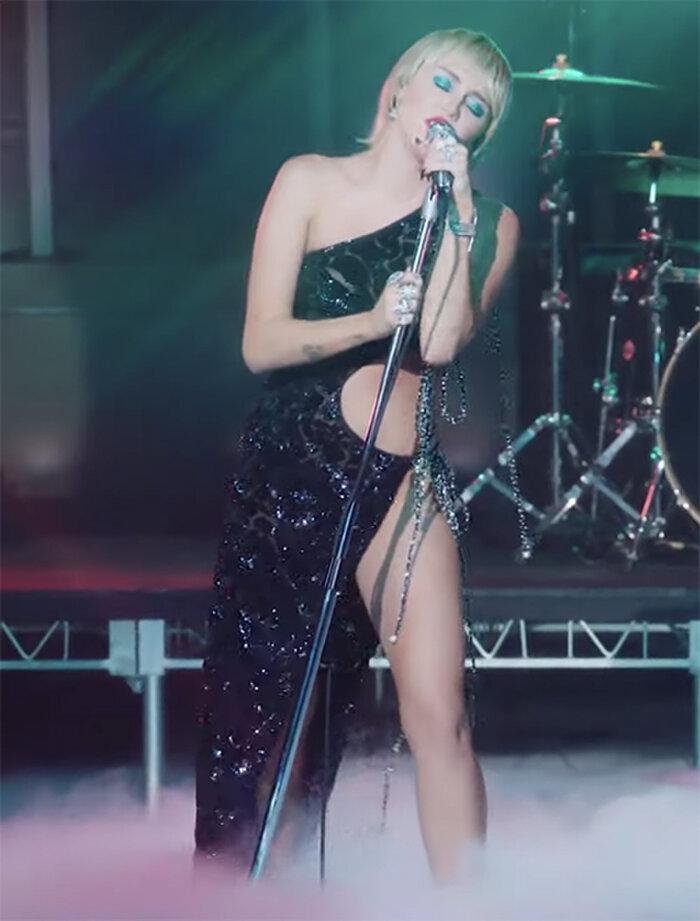 Kiểu váy có thiết kế lệch vai cắt xẻ táo bạo tử phần eo cho đến chân tôn dáng nữ ca sĩ nhạc Pop Hollywood