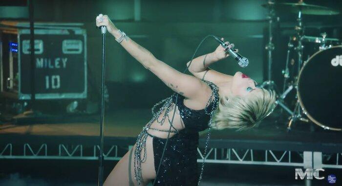 Thiết kế với phần dây chằng chịt ngang hông và eo vô cùng điệu nghệ được Miley Cyrus 'chinh phục' một cách dễ dàng.