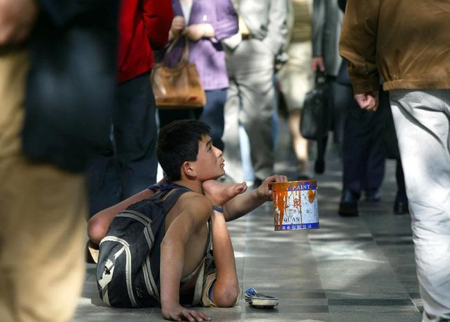 Bị bắt ăn ớt để... đổi lấy tiền, cô bé nghèo gượng cười nhưng vẫn bật khóc vì quá cay, ai xem cũng nhói lòng 4
