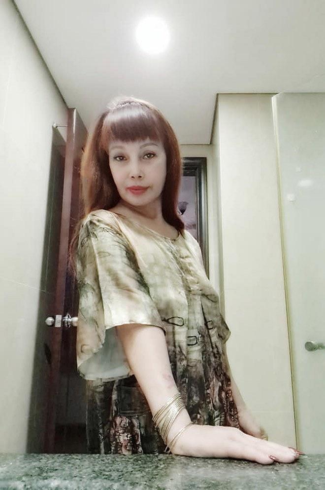 Cô dâu 63 tuổi để lộ vùng nhạy cảm khiến dân tình bất ngờ, tự tin khoe nhan sắc đã bớt 'méo mó' trong căn nhà mới 3