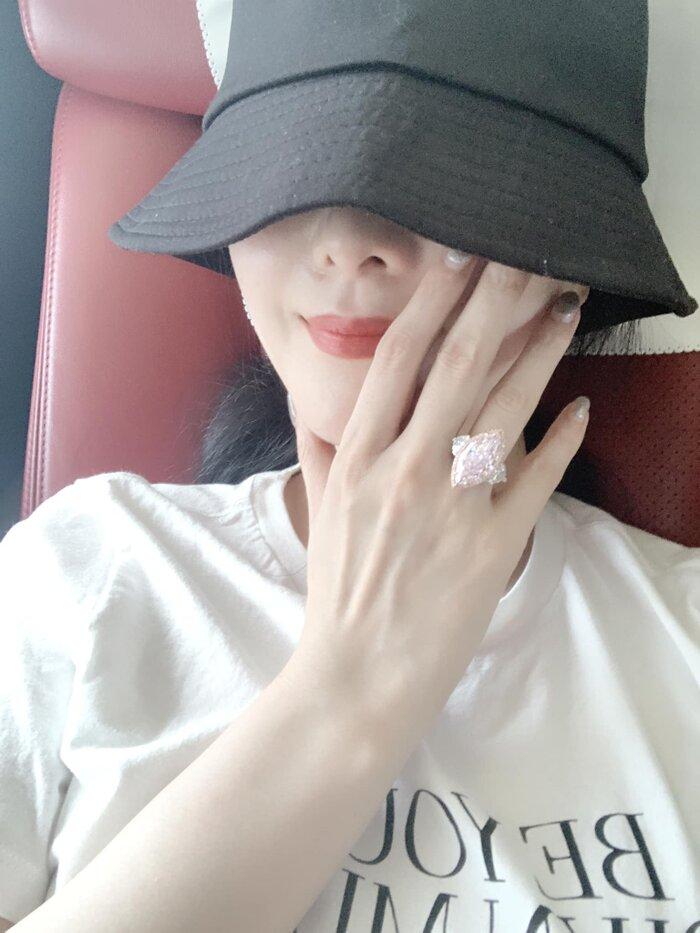 Phạm Băng Băng khoe chiếc nhẫn kim cương màu hồng 7 carat với giá 2.840.000 Franc Thụy Sỹ, tương đương 22 triệu NDT (75 tỷ đồng) vừa qua khiến dân tình 'bấn loạn'