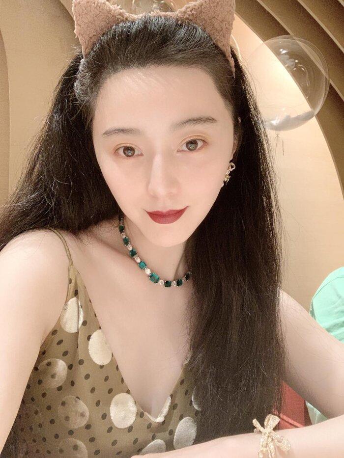 Trước đó, hình selfie mộc mạc của cô được tô điểm vòng cổ ngọc lục bảo lấp lánh trị giá từ 1-2 triệu NDT ( tầm 3,4 đến 6,8 tỷ đồng)