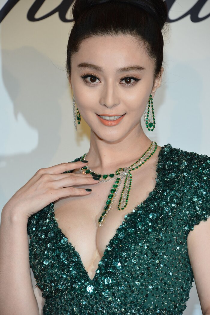 'Nữ hoàng Cbiz' khoe nhan sắc kiều diễm trong bộ trang sức đá xanh ngọc lục bảo của Chopard khi tham dự thảm đỏ