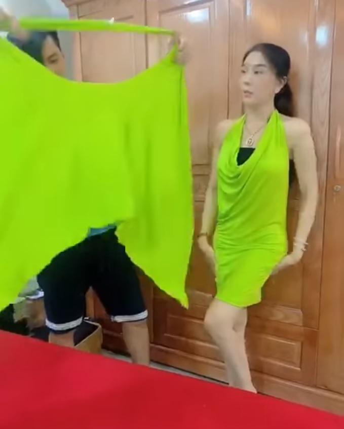 Lâm Khánh Chi xé hư đầm mới mua vì không biết mặc, ông xã cũng toát mồ hôi hột khi trợ giúp 4