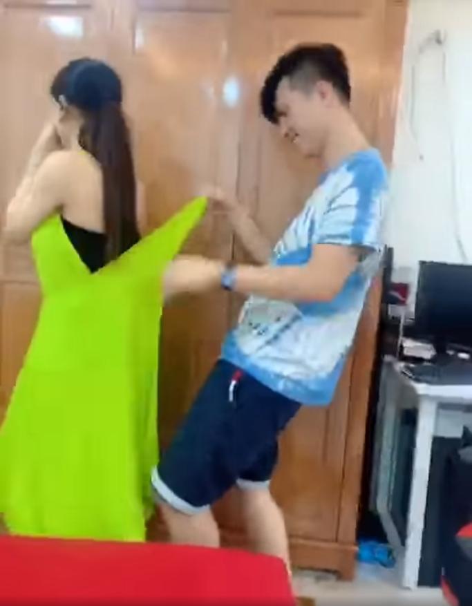 Lâm Khánh Chi xé hư đầm mới mua vì không biết mặc, ông xã cũng toát mồ hôi hột khi trợ giúp 5