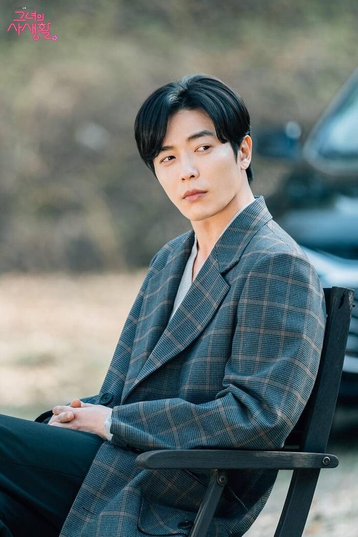Với vẻ đẹp chuẩn nam thần sẵn có, tài tử 37 tuổi tiếp tục trở thành hình mẫu bạn trai và người chồng lý tưởng của hầu hết phụ nữ Hàn Quốc sau vai diễn Ryan Gold trong Bí mật nàng fan girl.