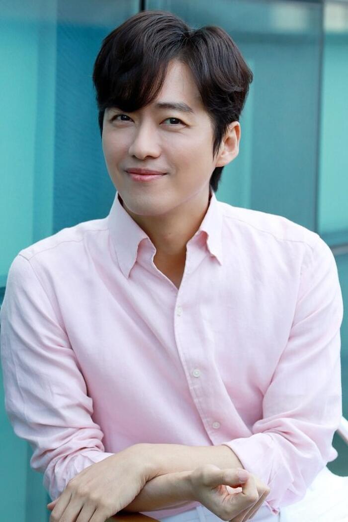 Trong các ngôi sao Hàn Quốc, Nam Goong Min là sao nam hiếm hoi có vẻ ngoài trẻ trung hơn so với tuổi thật.
