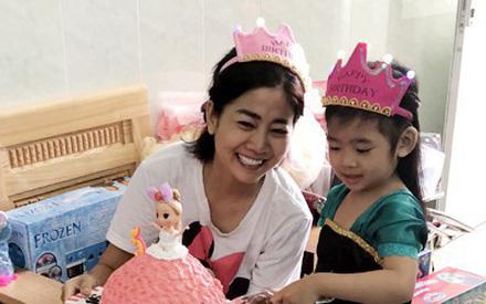 Hình ảnh Mai Phương ôm chặt con gái vào lòng trong buổi sinh nhật tại bệnh viện mà xót xa