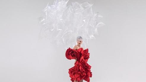 Rác thải 'hồi sinh' trong BST của NTK Trần Hùng tại London Fashion Week 2021