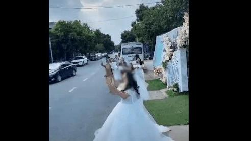 Mải lao theo bó hoa cưới, cô gái suýt bị xe container tông trúng