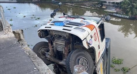 Xe tải chở 15 tấn lúa làm sập cầu dân sinh ở Tiền Giang