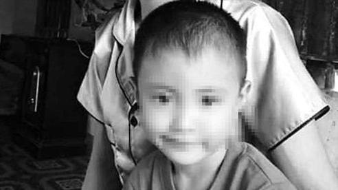 Vụ bé 5 tuổi tử vong: Phát hiện xúc xích cắn dở