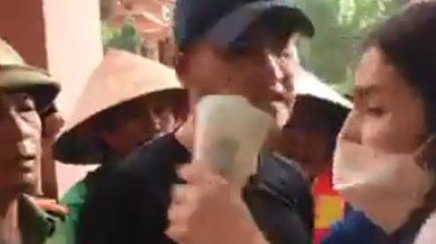 Thủy Tiên tuyên bố sẽ tạm dừng việc phát tiền cứu trợ nếu mọi người chen lấn thiếu an toàn