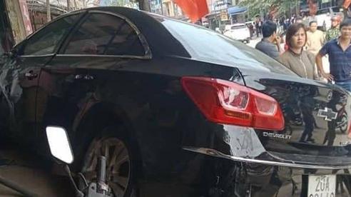 Thái Nguyên: Kinh hoàng ô tô con phóng nhanh, tông người đi xe máy văng lên mái nhà, 2 người tử vong