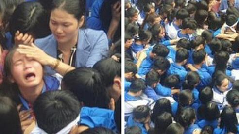 Cả ngàn thầy cô và học sinh ở Nghệ An ôm nhau bật khóc ngay giữa sân trường