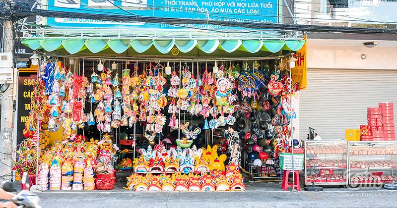 Cửa hàng đồ chơi ăn theo mùa Trung thu ở Đà Nẵng vắng khách, chủ tiệm không dám nhập nhiều