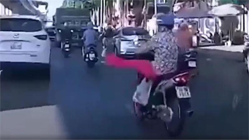 Video: 'Ninja' quần hồng xin đường bằng động tác lạ, ai cũng hoang mang