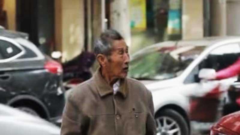 Không chấp nhận người bạn đời đã mất, ông cụ 85 tuổi ngày nào cũng vào bệnh viện tìm