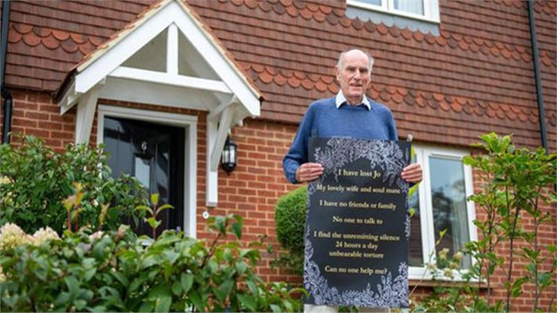 Cô đơn vì vợ qua đời, người đàn ông 75 tuổi rao tin quảng cáo, phát danh thiếp tìm người bầu bạn
