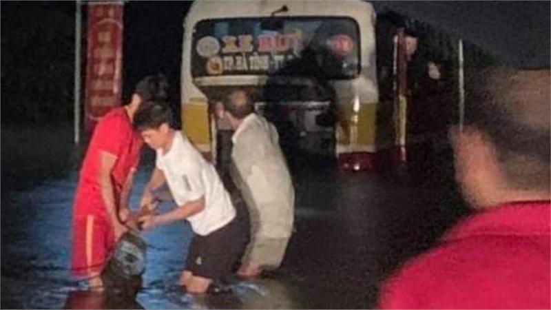 Hà Tĩnh: Vượt qua biển cấm vào đường ngập sâu, xe buýt suýt bị cuốn trôi