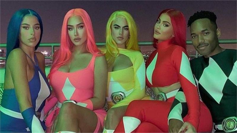 Kylie Jenner hóa trang Halloween với trang phục 5 anh em siêu nhân với mái tóc đỏ rực