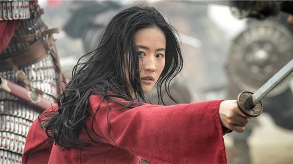 Bị chỉ trích diễn xuất trong 'Hoa Mộc Lan', Lưu Diệc Phi được đạo diễn Trương Kỷ Trung lên tiếng bảo vệ
