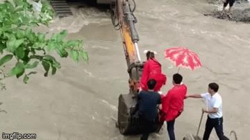 Đám cưới khó quên của cô dâu Trung Quốc, vượt dòng nước lũ về nhà chồng bằng cách có '1-0-2'