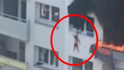 Nhà chìm trong biển lửa, cậu bé 10 tuổi nhanh trí cứu em 3 tuổi thoát chết khiến cả nước Pháp nể phục ca ngợi cả 2 là anh hùng