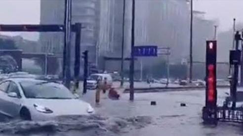 Mưa trút trắng trời, cố đô Trung Quốc ngập trong biển nước