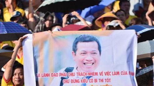 Ông Dương Văn Hiền rất buồn khi CĐV Nam Định nhắn tin, căng băng rôn trên sân Thiên Trường