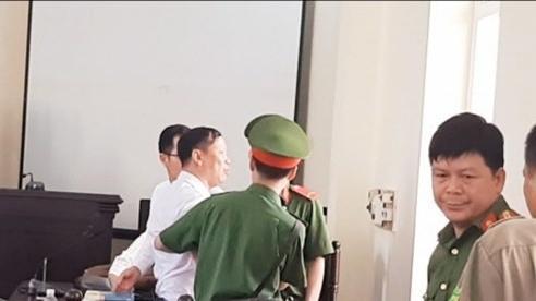 Luật sư bị cưỡng chế đưa ra ngoài phiên tòa, lãnh đạo TAND tỉnh Bắc Kạn nói đang họp lại để đánh giá vụ việc