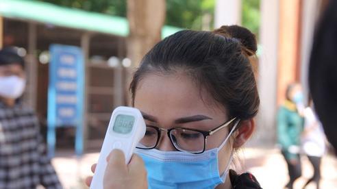 Trời nắng nóng, nhiều thí sinh làm thủ tục thi THPT Quốc gia hoảng hốt khi nhiệt độ cơ thể lên tới 39 độ