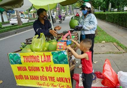 Hàng trăm người đến mua ủng hộ 2 bố con bán hoa quả với tấm biển độc đáo ở vỉa hè Sài Gòn