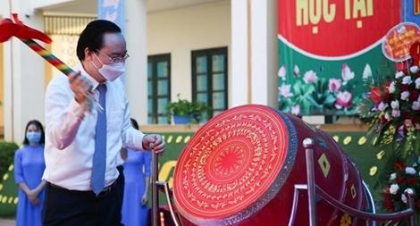 Bộ trưởng Phùng Xuân Nhạ đánh trống khai giảng năm học mới tại trường Tiểu học Đan Phượng