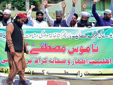 Biểu tình tại Pakistan phản đối tòa soạn Charlie Hebdo của Pháp