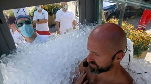 Người đàn ông ngâm mình trong đá lạnh 2 tiếng rưỡi để phá vỡ kỷ lục Guinness