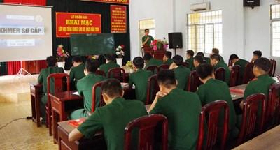 Lớp học tiếng Khmer của chiến sĩ trẻ
